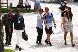 Fernando Alonso, McLaren, mit einem Fan