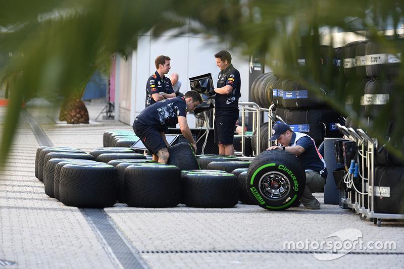 Механики Red Bull Racing и шины Pirelli