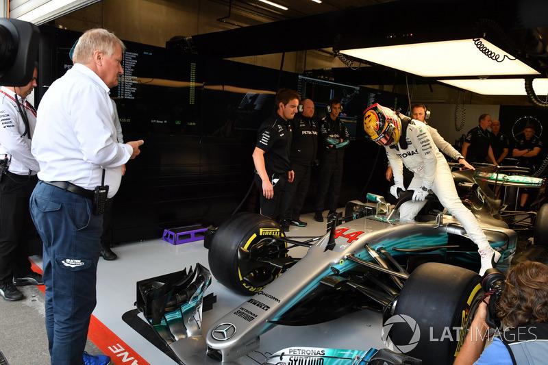 Джо Бауер, Технічний делегат FIA дивиться на Льюіса Хемілтона, Mercedes-Benz F1 W08, який сідає в болід із Halo