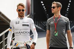 Jenson Button, McLaren, trainer Mike Collier