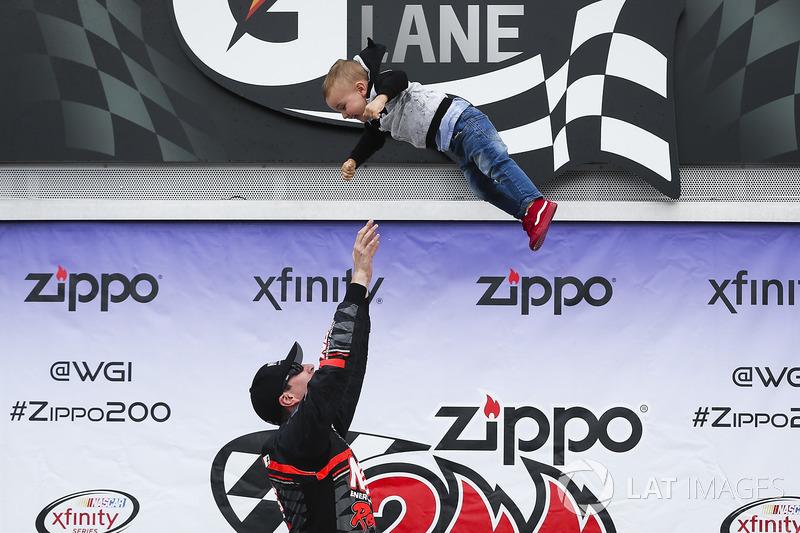 2. El ganador de la carrera, Kyle Busch, Joe Gibbs Racing Toyota