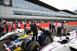 Sir Frank Williams, Nico Rosberg ven un Williams FW08, FW11 y un Williams FW40
