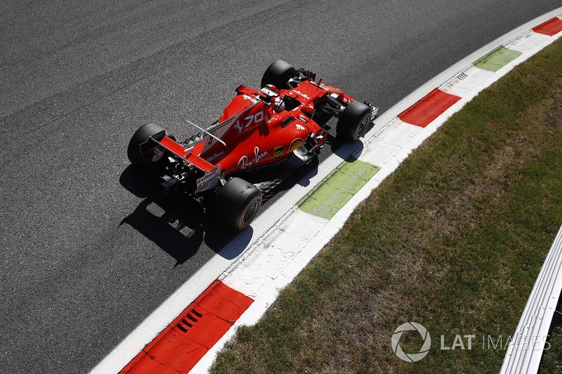 Na volta 8, Vettel escalou o pelotão e chegou ao terceiro lugar, atrás apenas das duas Mercedes.