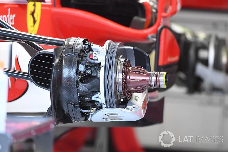 Detalle del eje y del freno delantero del Ferrari SF70-H