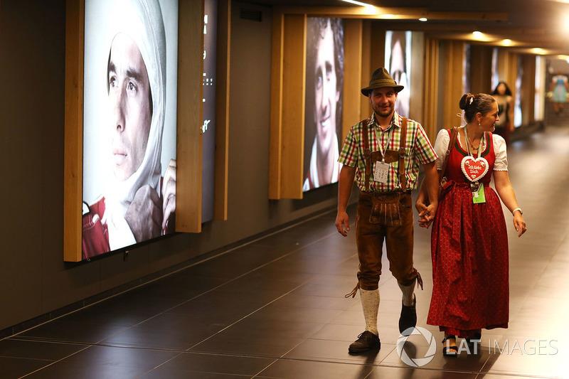 уболівальники у національному вбранні проходять мимо галереї чемпіонів світу