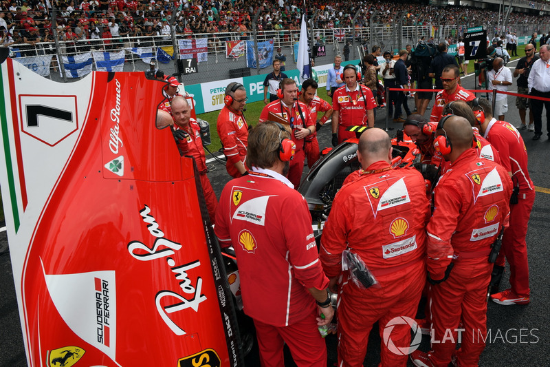 Ferrari mechanics observe the car of Kimi Raikkonen, Ferrari SF70-H with Turbo issues