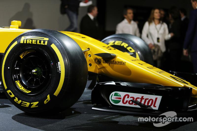 Renault RS17: Frontpartie mit Pirelli-Reifen