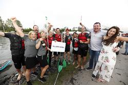 El equipo de balsa de McLaren celebra la victoria, Eric Boullier, Director de McLaren