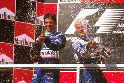Podium: race winnaar Jacques Villeneuve, Williams Renault, tweede Damon Hill, Arrows