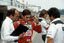 Ayrton Senna mit Frank Williams, Williams-Teamchef, und Allan Challis, Williams-Teammanager