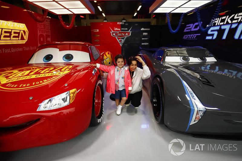 Fans se toman fotos con Rayo McQueen y Jackson Storm de Cars 3 en su garaje