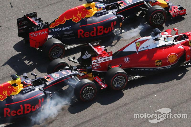 Daniil Kvyat, Red Bull Racing RB12, fährt auf Sebastian Vettel, Ferrari SF16-H, auf