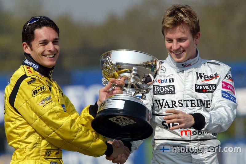 Kimi Raikkonen, McLaren para presentar a Giancarlo Fisichella, Jordan el trofeo de los ganadores