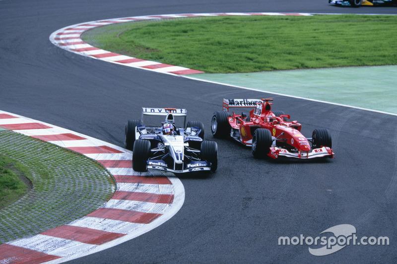 Spettacolare sorpasso su Schumacher alla Bus Stop. motorsport.com - LAT Images