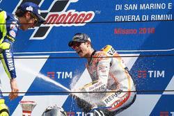 Победитель гонки Дани Педроса, Repsol Honda Team, второе место Валентино Росси, Yamaha Factory Racing