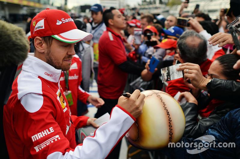 Sebastian Vettel, Ferrari schreibt Autogramme für die Fans