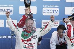 Podium: juara lomba Tiago Monteiro, Honda Racing Team JAS, Honda Civic WTCC; peringkat kedua Yvan Mu