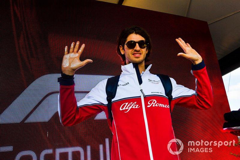 Antonio Giovinazzi, Alfa Romeo Racing, lascia l'impronta delle sue mani