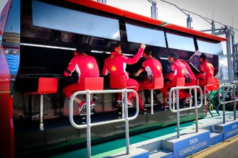 Membri del team Ferrari al muretto box
