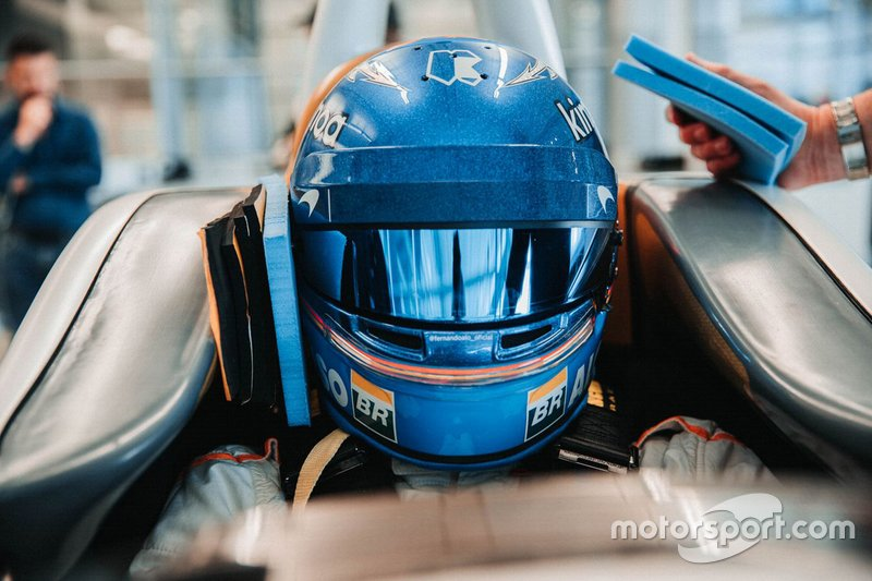 Ajuste del asiento de Fernando Alonso para Indy 500