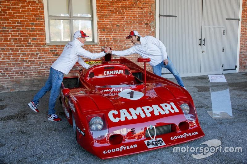 Антоніо Джовінацці, Alfa Romeo Racing, та Кімі Райкконен, Alfa Romeo Racing, біля Alfa Romeo Tipo 33 TT12