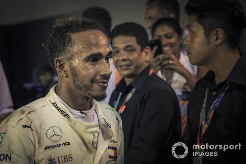 El ganador de la carrera Lewis Hamilton, Mercedes-AMG F1 W09 celebra en parc ferme