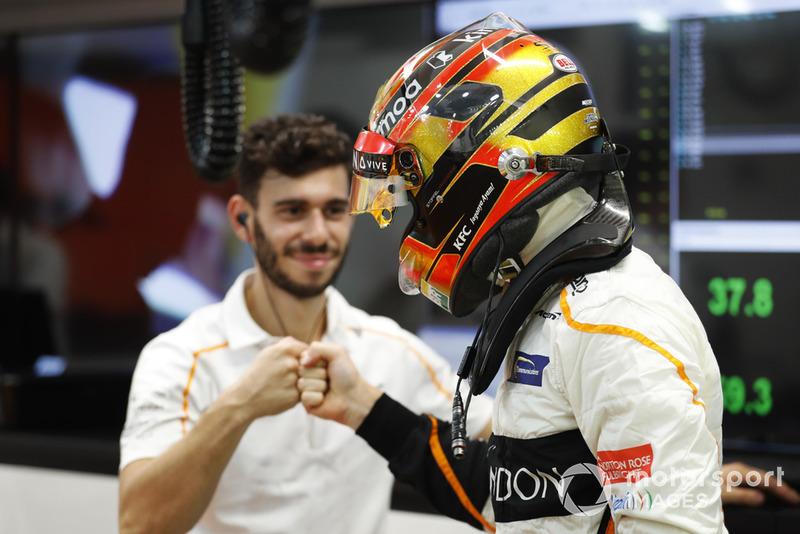 Stoffel Vandoorne, McLaren prepares with his mechanic