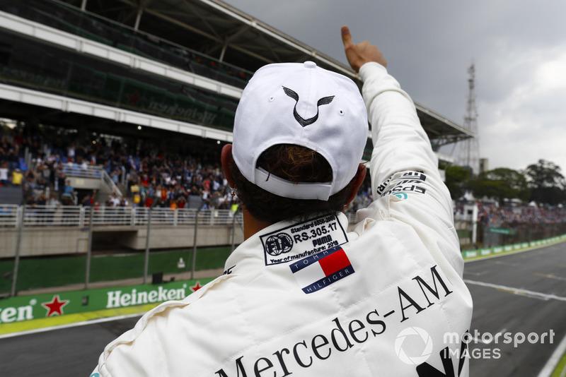 Lewis Hamilton, Mercedes AMG F1, festeggia la pole position.