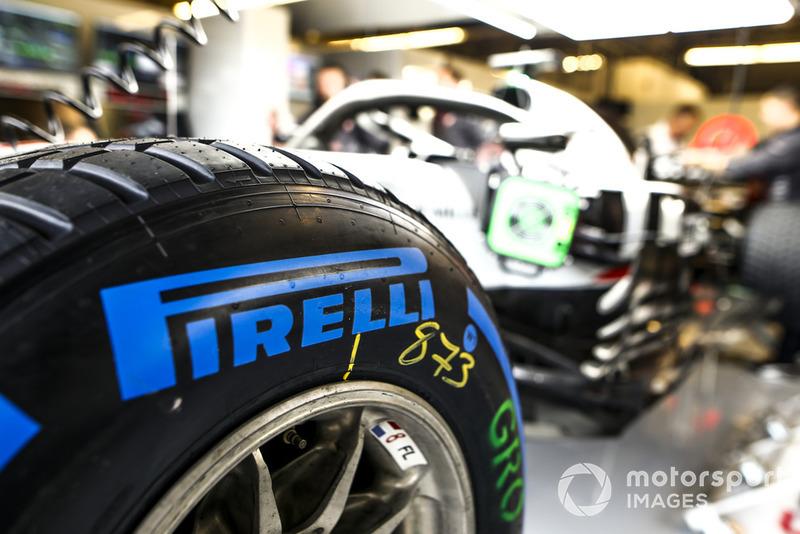 Neumático húmedo Pirelli en el auto de Romain Grosjean, Haas F1 Team VF-18