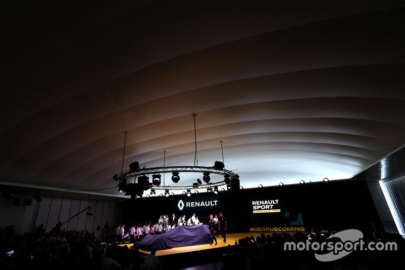 (L nach R): Kevin Magnussen, Renault F1 Team, Jolyon Palmer, Renault F1 Team und Esteban Ocon, Renault F1 Team