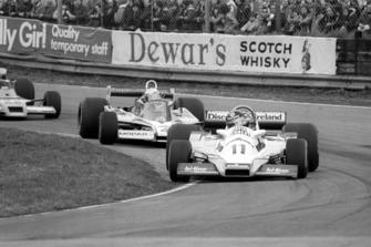 Race winner David Kennedy, Wolf WR4, leads Guy Edwards, Fittipaldi F5A, Aurora AFX Formula One Championship, Oulton Park, England, 13 April 1979.