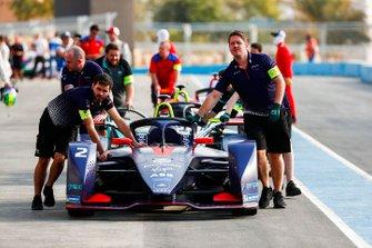 Les mécaniciens poussent la voiture de Sam Bird, Envision Virgin Racing, Audi e-tron FE05 dans la voie des stands
