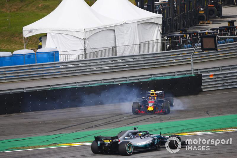 Lewis Hamilton, Mercedes AMG F1 W09, pasa un despistado Max Verstappen, Red Bull Racing RB14 Tag Heuer, luego de que este último sufre una colisión con Esteban Ocon, Force India VJM11 Mercedes