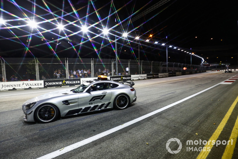 El Safety Car al frente de Lewis Hamilton, Mercedes AMG F1 W09 EQ Power+