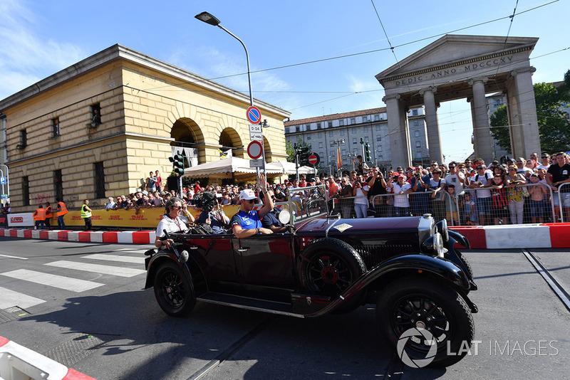 Pierre Gasly, Scuderia Toro Rosso Toro Rosso in vintage car