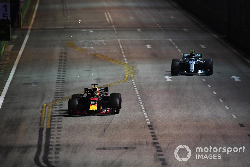 Daniel Ricciardo, Red Bull Racing RB14 e Valtteri Bottas, Mercedes AMG F1 W09 EQ Power+