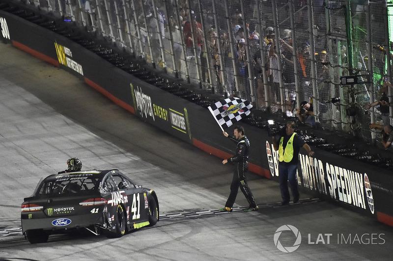 Kurt Busch, Stewart-Haas Racing, Ford Fusion Monster Energy / Haas Automation celebra