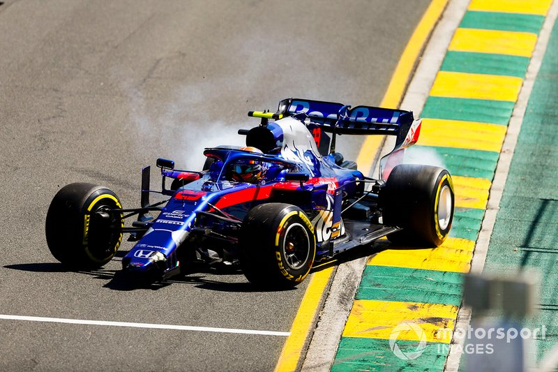 Alexander Albon, Toro Rosso STR14, con l'ala anteriore rotta dopo un testacoda