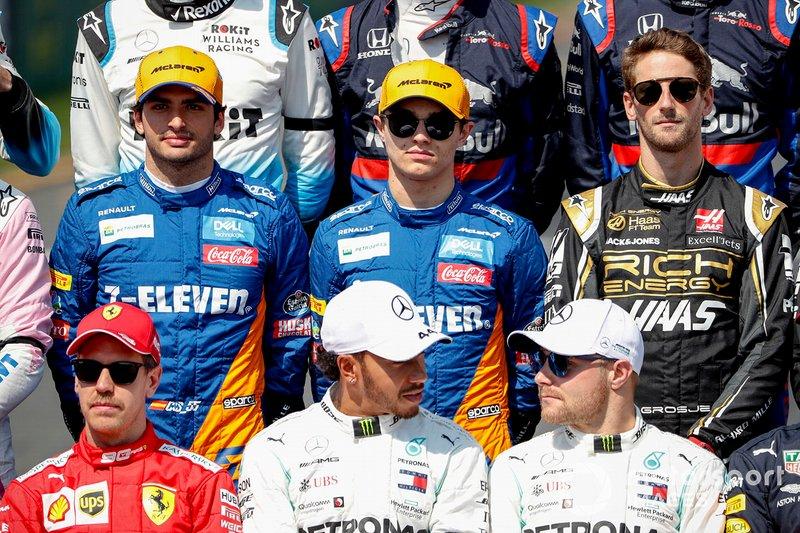 Carlos Sainz Jr., McLaren, Lando Norris, McLaren, Romain Grosjean, Haas F1, Sebastian Vettel, Ferrari, Lewis Hamilton, Mercedes AMG F1, et Valtteri Bottas, Mercedes AMG F1 sur la photo de famille