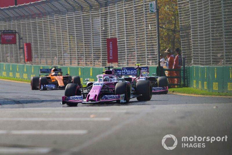 Sergio Perez, Racing Point RP19, precede Lance Stroll, Racing Point RP19, e Carlos Sainz Jr., McLaren MCL34