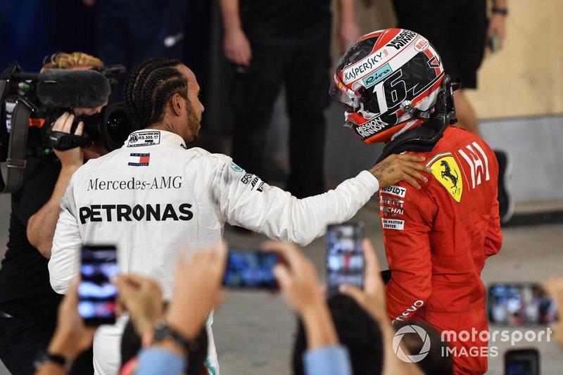 Lewis Hamilton consola Charles Leclerc após falha no motor da Ferrari que custou-lhe a vitória no Bahrein