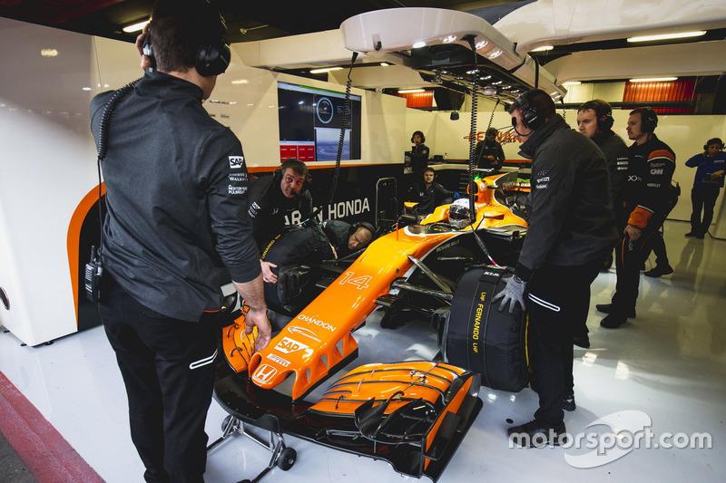 Fernando Alonso, McLaren, en el box esperando a salir a pista