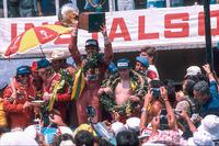 الفائز بالسباق: كارلوس روتمان، فيراري والمركز الثاني جايمس هانت، مكلارين فورد والمركز الثالث نيكي لاودا، فيراري مع إيميرسون فيتيبالدي