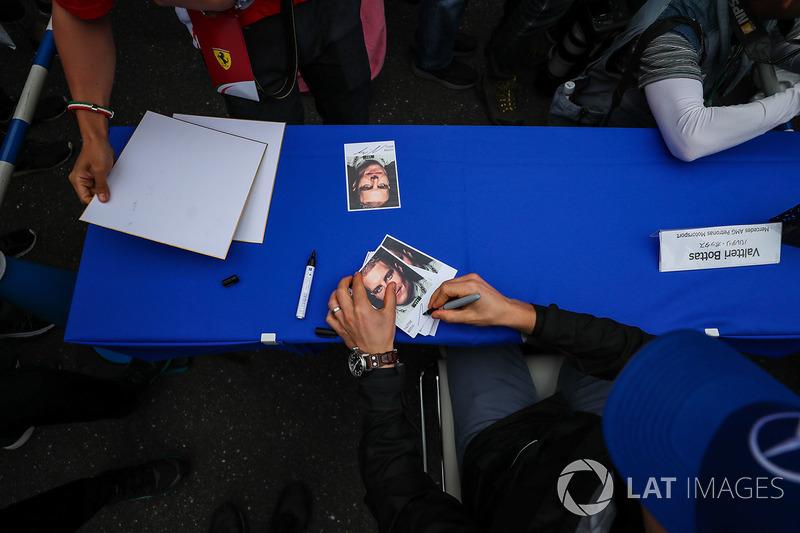 Valtteri Bottas, Mercedes AMG F1 autograph cards