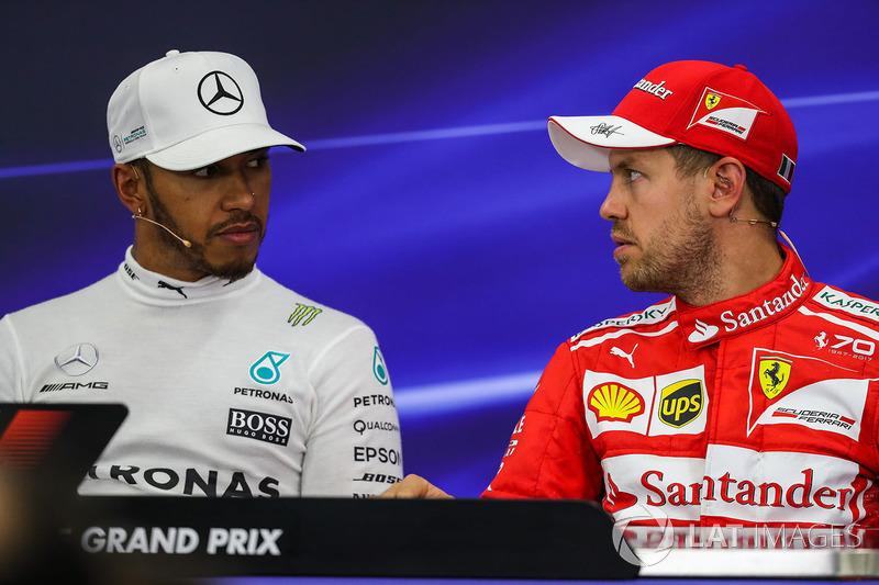 Lewis Hamilton, Mercedes AMG F1 y Sebastian Vettel, Ferrari en la conferencia de prensa