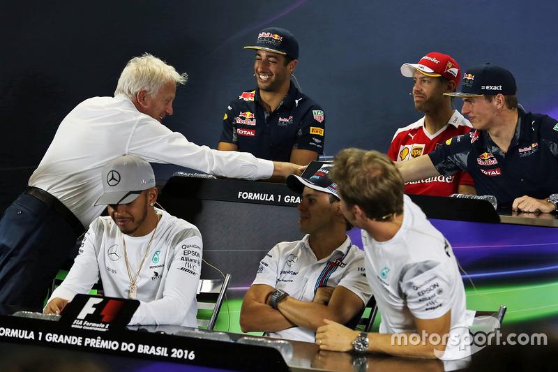 """Max Verstappen: """"Vor ein paar Wochen waren wir in Genf und haben uns unterhalten. Als ich losfuhr, sagte er noch: 'Wir sehen uns in Australien!' Er war erst 66 Jahre. Ich schätze, wir sollten jeden Tag genießen und uns jeden Morgen bewusst machen, was für ein Geschenk das Leben ist. Die Formel 1 ist nur ein kleiner Teil davon."""""""