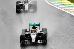 Льюїс Хемілтон, Mercedes AMG F1 W07 Hybrid випереджає свого товариша по команді Ніко Росберга, Merce