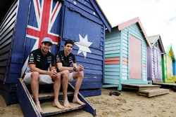 Sergio Pérez, Sahara Force India F1 y Esteban Ocon, Sahara Force India F1 juegan voleibol en la playa de Brighton