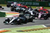Lewis Hamilton, Mercedes AMG F1 W08, Esteban Ocon, Sahara Force India F1 VJM10, Lance Stroll, Williams FW40, Kimi Raikkonen, Ferrari SF70H, en de rest van het veld bij de start