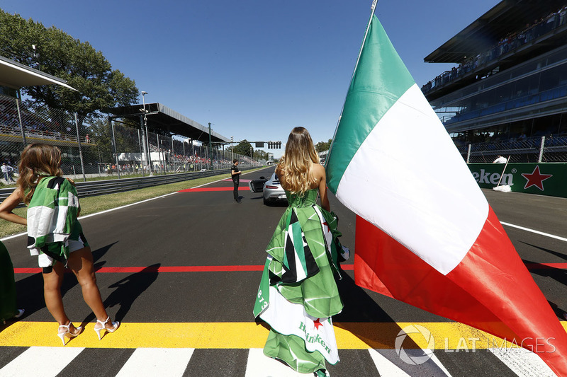 Grid girl, the Italian flag